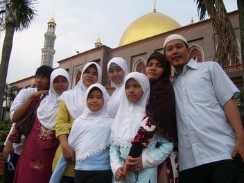 Keluarga Depok di Masjid Kubah Mas