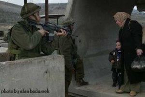 Ibu dan anak Palestina dalam todongan Israel